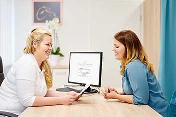 Frauenärztin im Gespräch mit einer Patientin